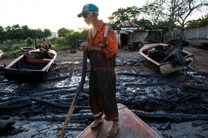 Жуткая рыбалка на нефтяном озере в Венесуэле