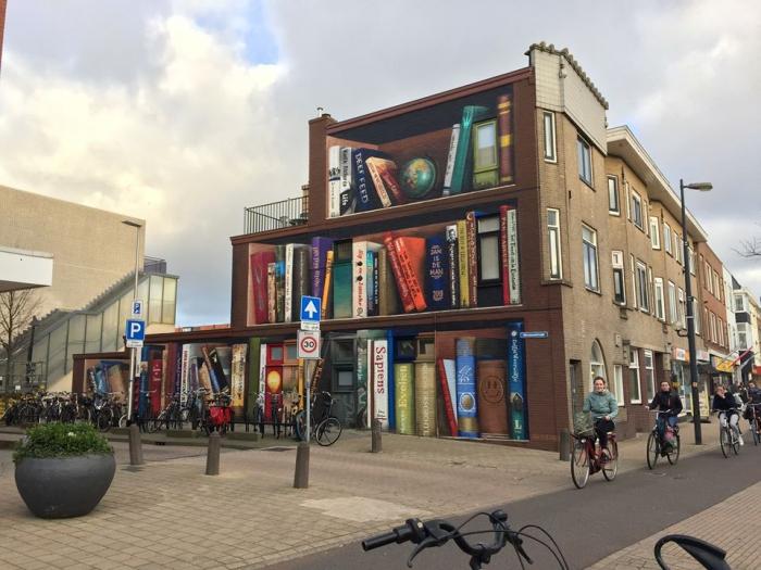 Художники разрисовали стену многоквартирного дома