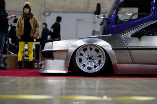Широкий и низкий DeLorean DMC-12
