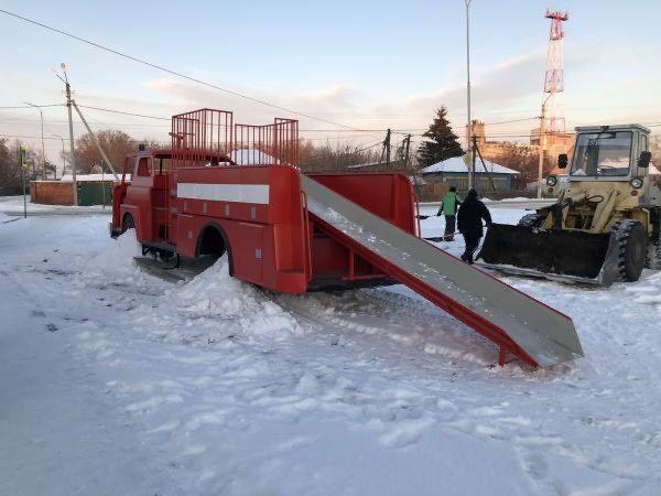 Старая машина из Канады стала детской горкой в поселке Варгаши