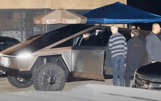 Илон Маск прокатился на своем Cybertruck в Малибу