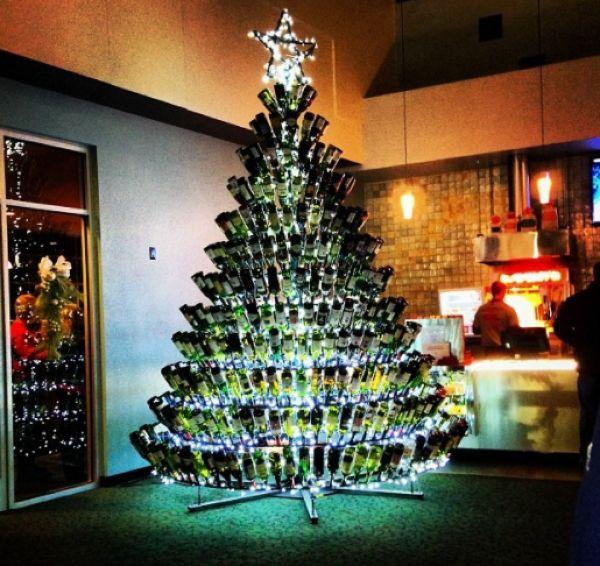 Взрослым на заметку: из пустых винных бутылок получаются отличные новогодние елки
