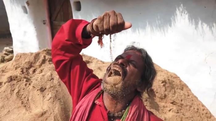 Житель Индии не представляет свою жизнь без земли - за 20 лет слопал тонны грязи