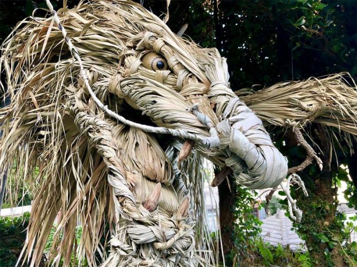 Японский художник скрутил из соломы устрашающего бога-дракона