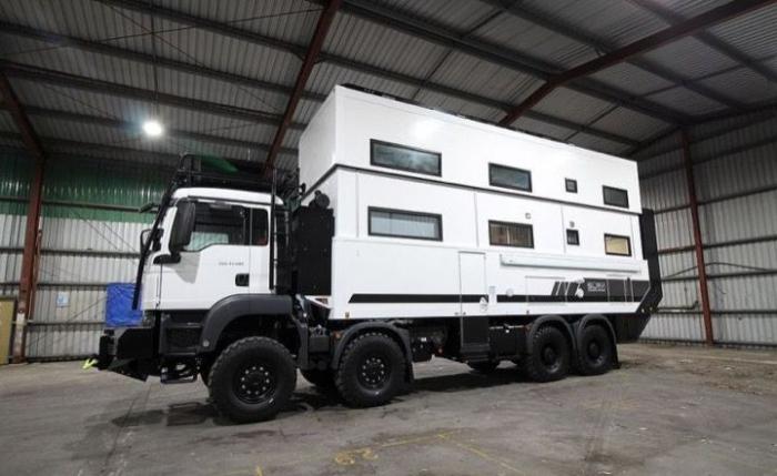 Полутораэтажный дом в грузовике с кучей спальных мест и всем необходимым