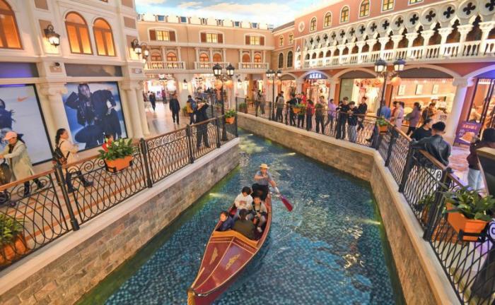 Китайцы забацали в ТЦ свою Венецию