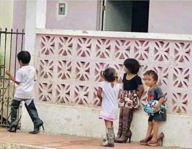 Филиппинцы примеряют гуманитарную помощь