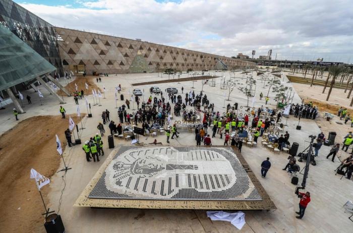 Новый рекорд Гиннеса маска Тутанхамона из 7260 стаканчиков кофе