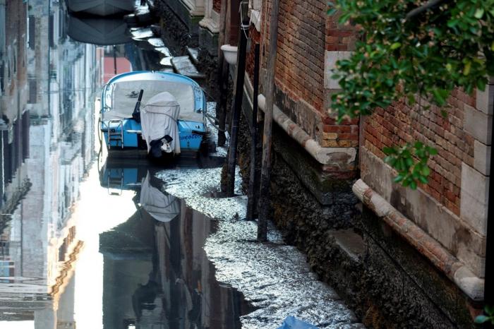 Через два месяца после рекордных наводнений каналы Венеции пересохли