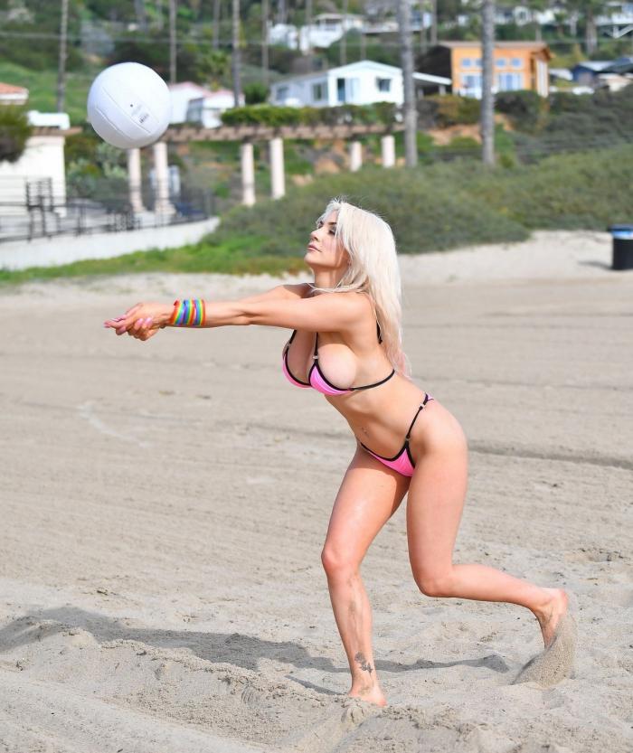 Кортни Стодден на пляже в Санта-Монике