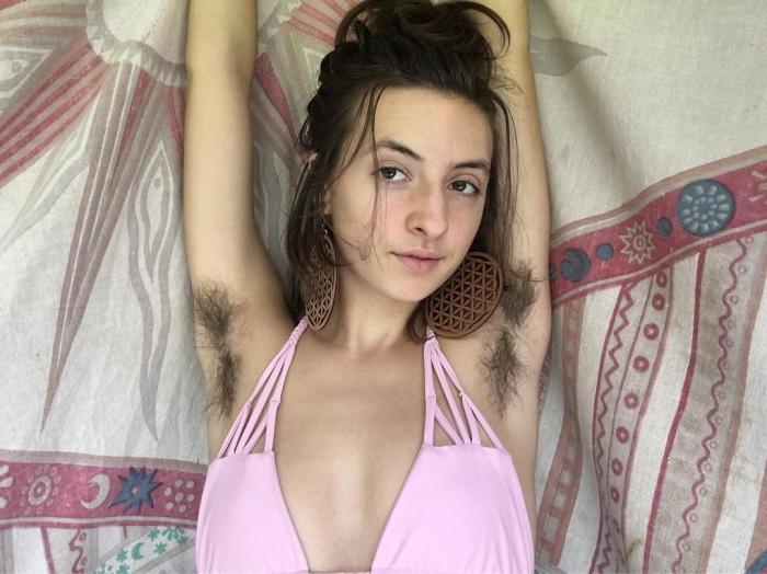 Американка отказалась от бритвы три года назад, обросла волосами и многим это нравится