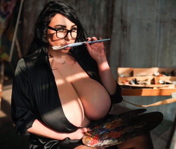 Всё своё: российская Instagram-модель с огромной натуральной грудью