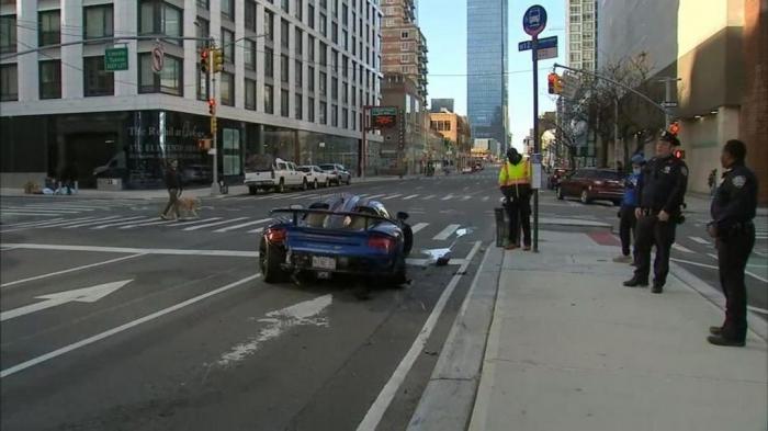 Блогер в неадекватном состоянии разбил новый суперкар на пустой улице в Нью-Йорке