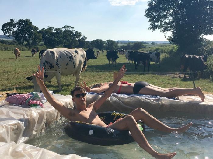 Все гениальное — просто семья построила бассейн в саду за домом, используя тюки сена