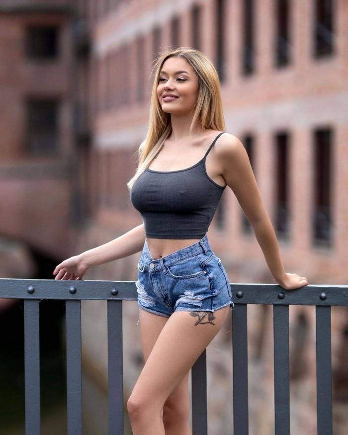 Девушки в обтягивающих джинсах и шортах
