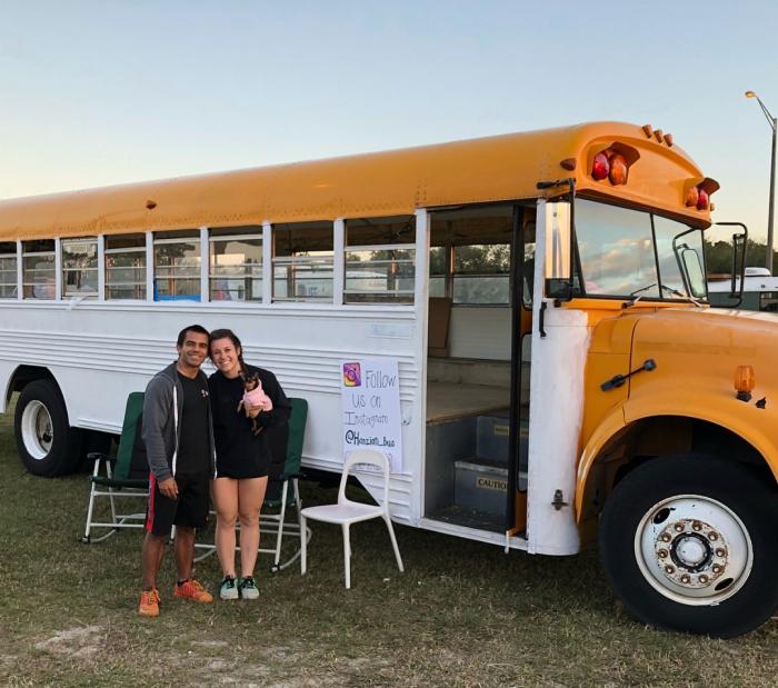 Пара превратила старый автобус в уютный дом, где живет с 2 детьми и собакой, потратив $12 000