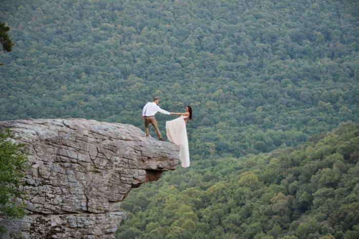 Экстремальная свадебная фотосессия на краю полукилометрового утеса