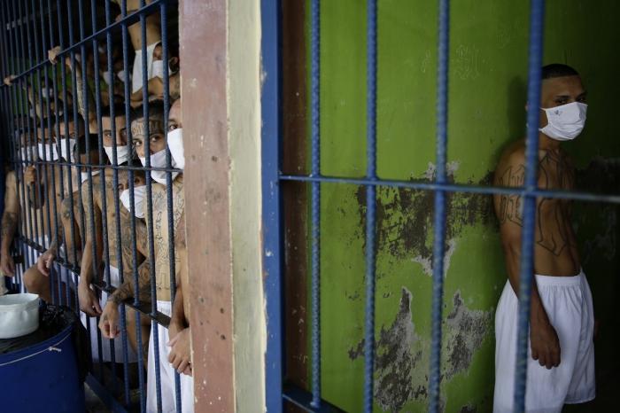 Жуткие кадры из переполненных тюрем Сальвадора