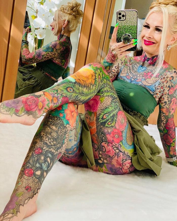 55-летняя бабушка покрыла всё тело яркими тату, потратив 30 тысяч евро