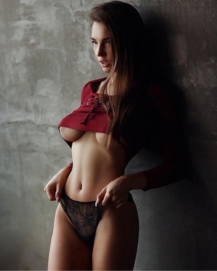Underboob: девушки с полуобнаженной грудью