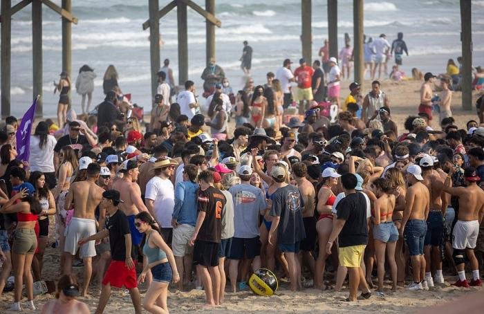 Долой маски и топики: горячие каникулы в жарком Техасе