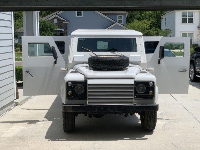 Бронированный внедорожник Land Rover Defender 1995 года, который использовался ООН