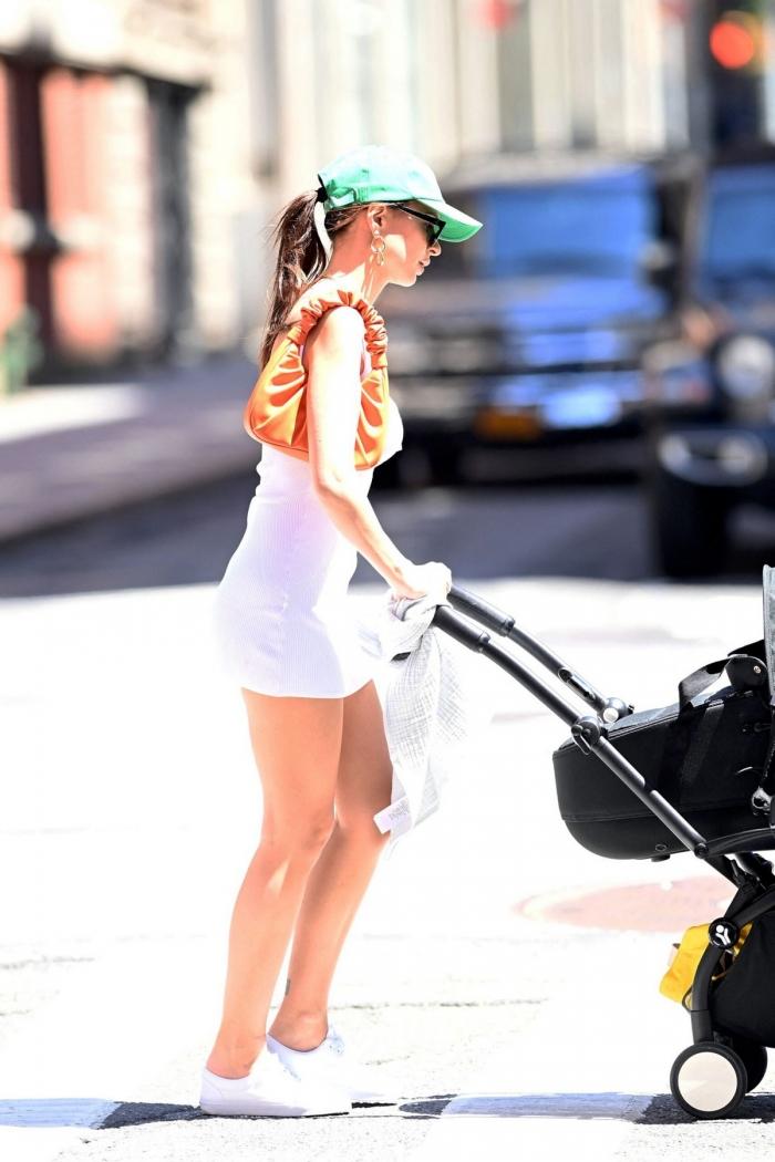Эмили Ратаковски в коротеньком платье на улице в Нью-Йорке