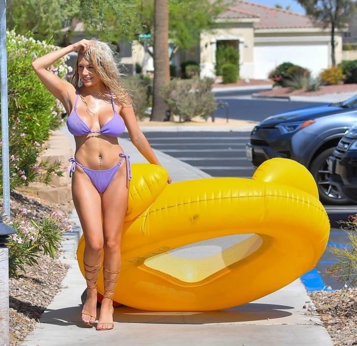 Кортни Стодден наслаждается отдыхом у бассейна