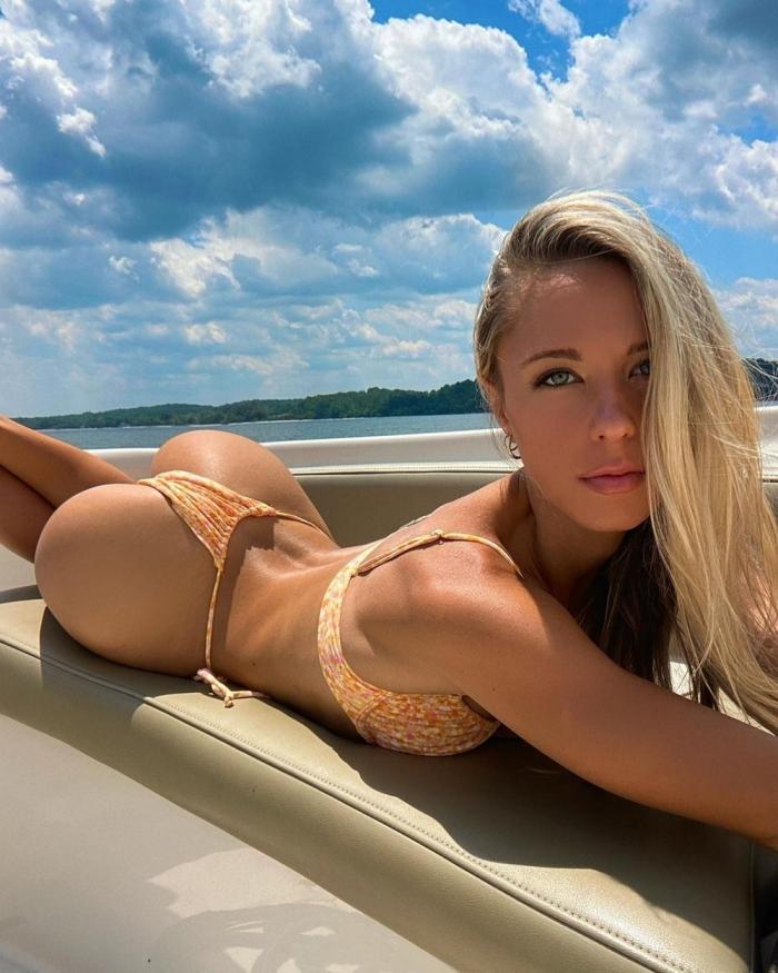 Девушки в бикини отдыхают на лодках