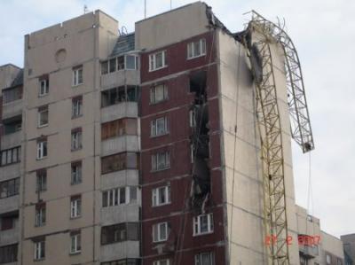Упавший кран таранил дом