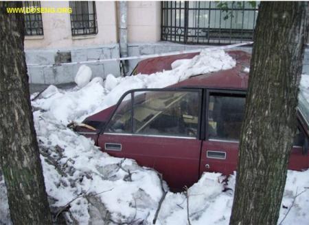 Так чистят снег с крыш в г. Москве рабочие-гастарбайтеры (5 фото)